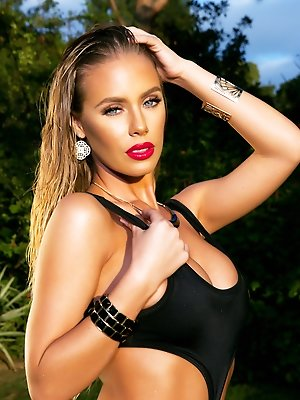 Nicole Aniston- Solo Pet spread